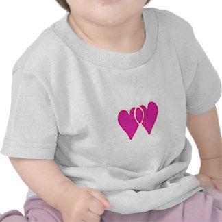 Modelo de 2 corações junto tshirt