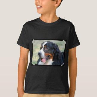 Modelo vertical do t-shirt escuro dos miúdos - camiseta
