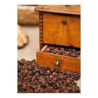 Moedor de café velho convites personalizado