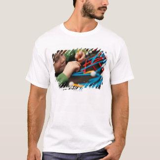 Moléculas de conexão do menino para o projeto da camiseta