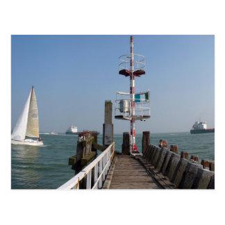 Molhe no mar, no barco de navigação e nos cartão postal