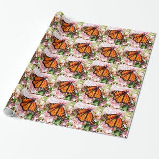 Monarca alaranjado em flores cor-de-rosa papel de presente
