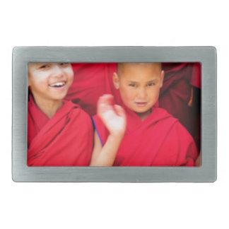 Monges pequenas em vestes vermelhas