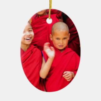 Monges pequenas em vestes vermelhas ornamento de cerâmica