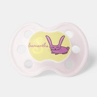 Monograma cor-de-rosa do coelho chupeta de bebê