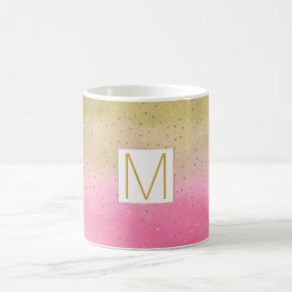 Monograma cor-de-rosa dos confetes do ouro da caneca de café