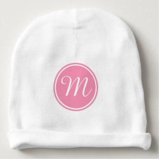 Monograma cor-de-rosa no branco gorro para bebê