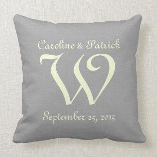 Monograma das cinzas de prata da data do casamento travesseiro