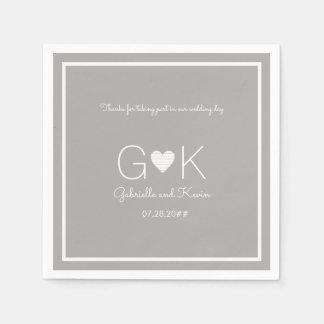 monograma em um guardanapo cinzento do casamento