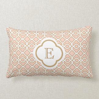 Monogrammed cora o marroquino cor-de-rosa do ouro almofada lombar
