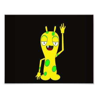 Monstro amarelo com os pontos verdes que acenam o  foto artes