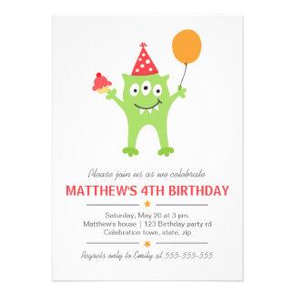Monstro engraçado com aniversário do balão e do cu convite