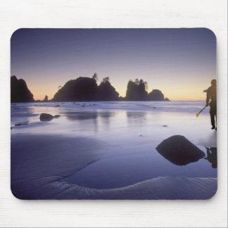 Montagem do caiaque do carregando do homem, praia  mousepad