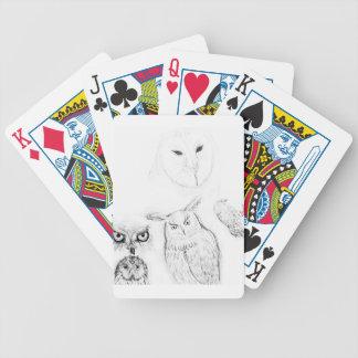 Montagem preto e branco do desenho da coruja baralho para poker