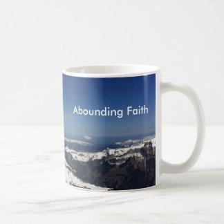 Montanha de abundância da caneca da fé