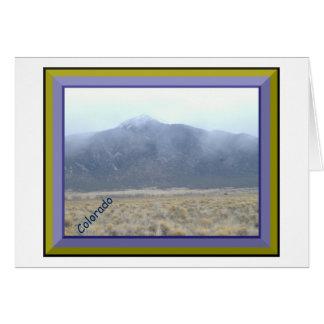 Montanha no cartão das nuvens