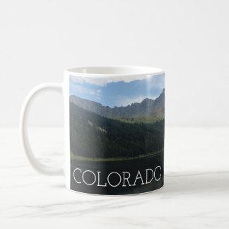 Montanhas bonitas de Colorado e caneca sereno do