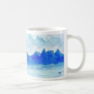 Montanhas enevoadas caneca de café