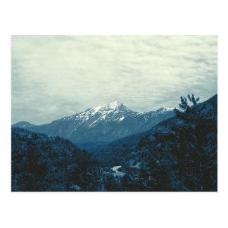 Montanhas horizontais da cascata do cartão