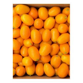 Montão de kumquats alaranjados na caixa de cartão