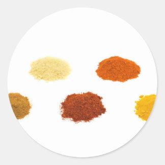Montões de diversos especiarias do tempero no adesivo redondo