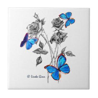 Morph borboletas em azulejos preto e branco dos ro