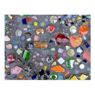 Mosaico de vidro colorido no cimento cartão postal