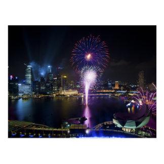 Mostra dos fogos-de-artifício na skyline da cidade cartão postal
