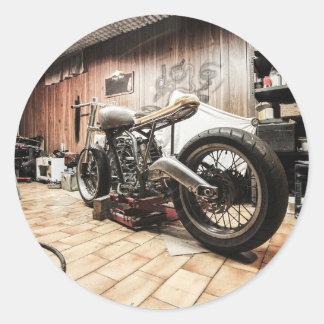 Motocicleta na garagem só adesivo redondo