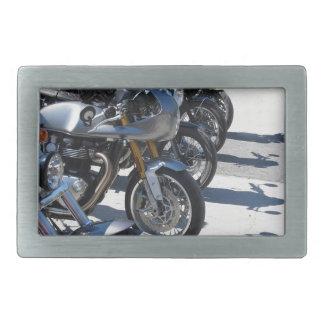 Motocicletas estacionadas na fileira no asfalto