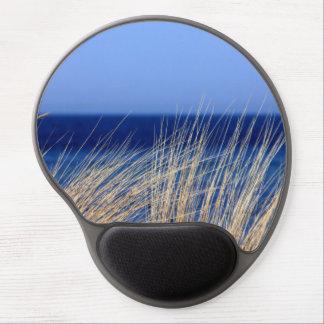 Mouse Pad De Gel Grama longa secada com mar azul atrás e o céu azul