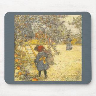 Mousepad Apple colhe pelo pomar do vintage de Carl Larsson