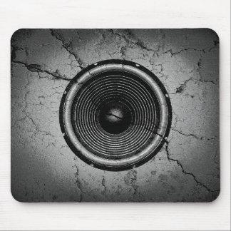 Mousepad Auto-falante da música em uma parede rachada