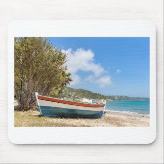 Mousepad Barco colorido que encontra-se na praia grega