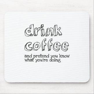 Mousepad Beba o café e finja-o sabem o que você é doin