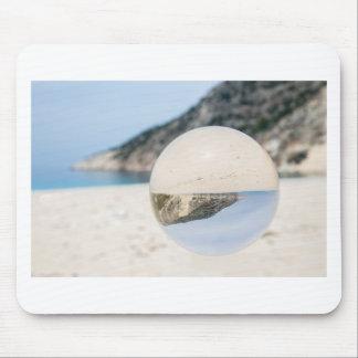 Mousepad Bola de cristal na praia grega arenosa