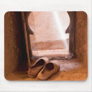 Mousepad Calçados marroquinos na janela
