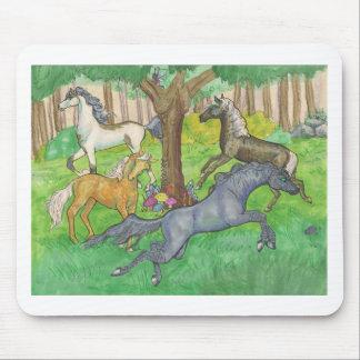 Mousepad Cavalos de galope do mustang em pôneis das árvores