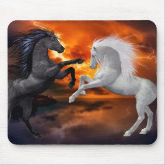 Mousepad Cavalos que lutam em uma tempestade má do