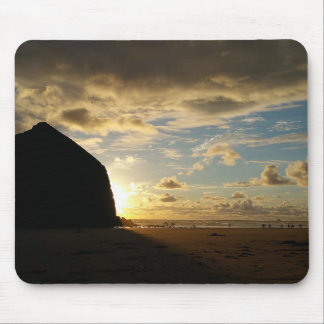 Mousepad Cena idílico na rocha do monte de feno na praia do
