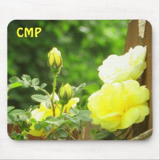 Mousepad Cerca de madeira e rosa amarelo suas iniciais