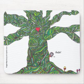 Mousepad com hello da árvore e do caráter '