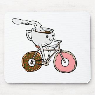 Mousepad Copo que monta uma bicicleta com rodas da