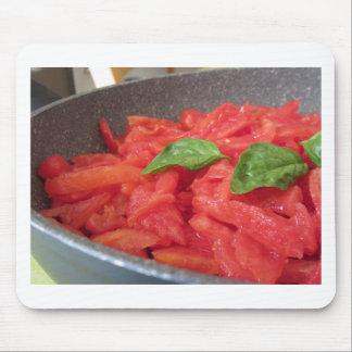 Mousepad Cozinhando o molho de tomate caseiro usando o