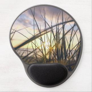 Mousepad De Gel A luz solar está vindo através da grama verde
