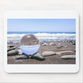 Mousepad Esfera de vidro em pedras na praia e na costa