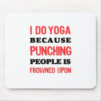 Mousepad Eu faço a ioga porque perfurar pessoas é olhada de