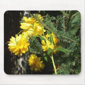 Mousepad Flores e ramo amarelos brilhantes do pinho