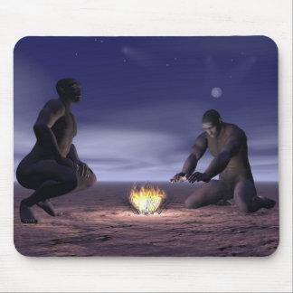 Mousepad Homo erectus e fogo - 3D rendem