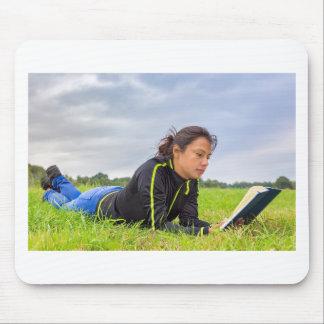 Mousepad Jovem mulher que encontra-se no livro de leitura